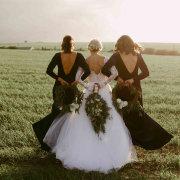 bride and bridesmaids - Eensgezind