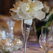 decor, flowers, table setting, white - Café Fleur / Cor de Rosa